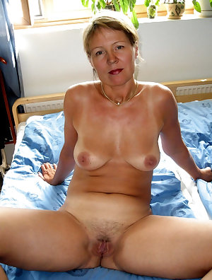Sexy skinny mom is giving a good massage for hardcore youngster