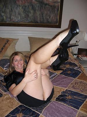 Shameless wrinkled mom presents ass and gets sex