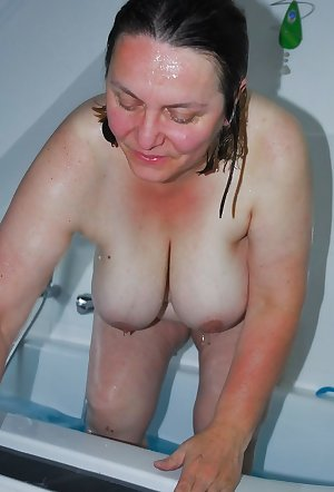 She swallows, sucks and fucks her mature cunt off