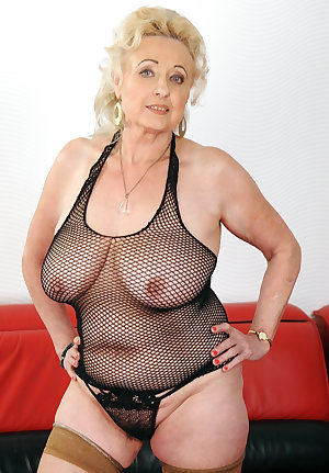 Old mom without panties