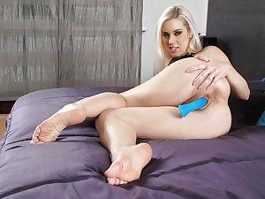Horny MILFs & mature women asses, legs & feet